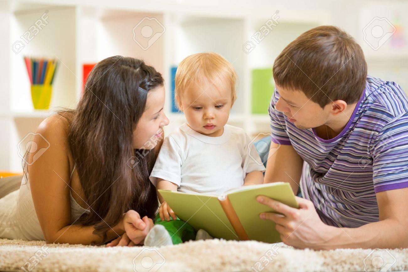 Banque Du0027images   Les Jeunes Parents Maman Et Papa Lire Le Livre Du0027enfants  De Bébé Fils