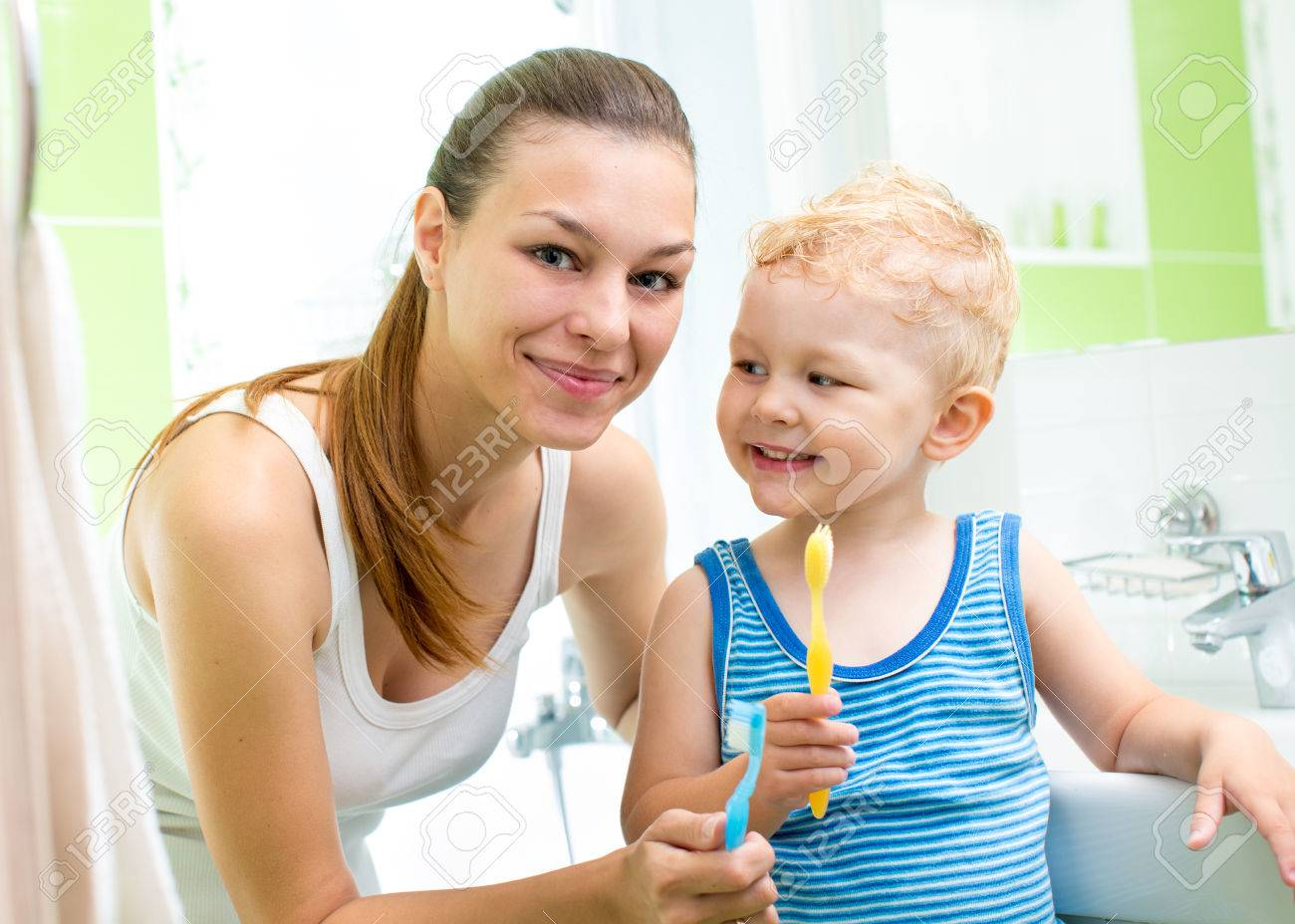 Lächelnden Mutter Und Kind Sohn Zähneputzen Im Badezimmer ...