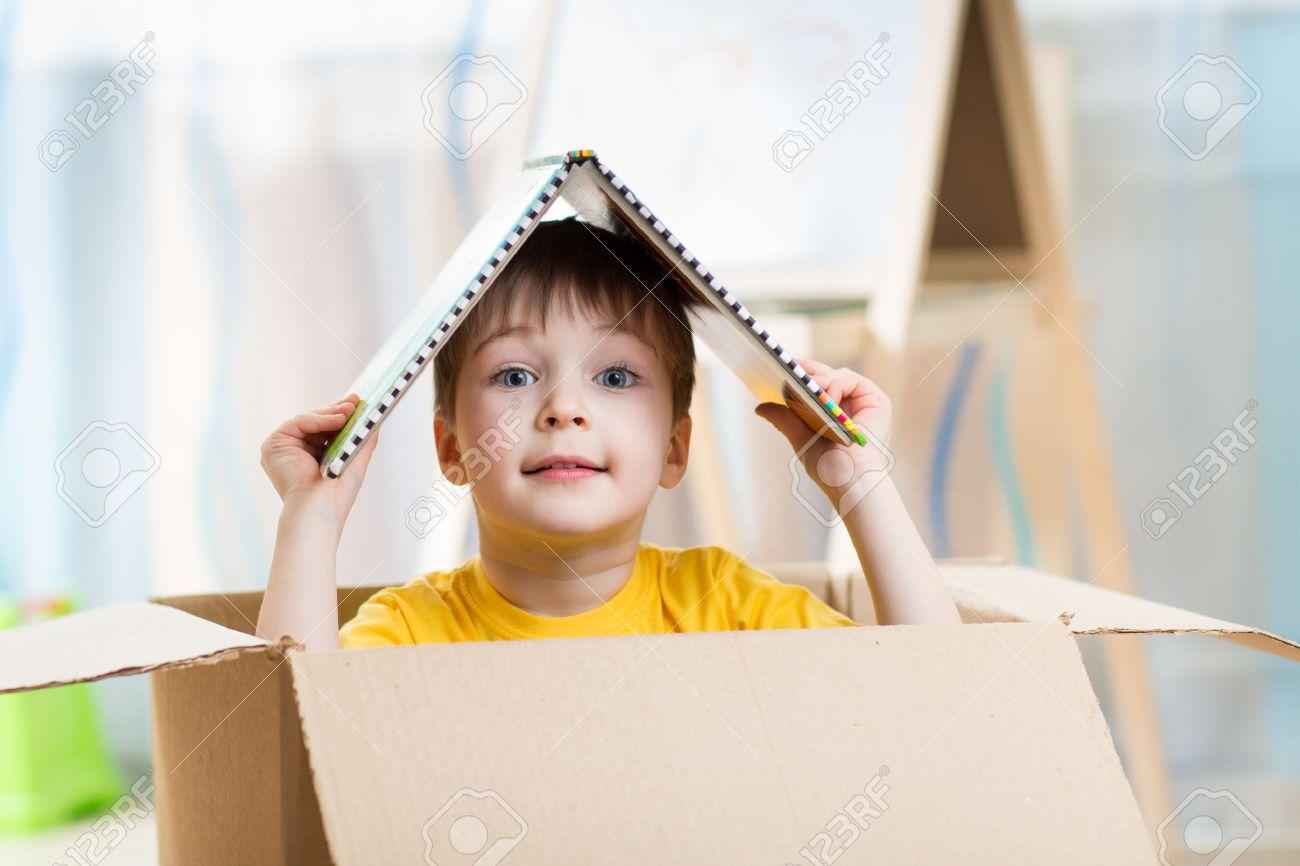 Kind Jongen Spelen In Een Stuk Speelgoed Huis Bij Kinderen Kamer ...
