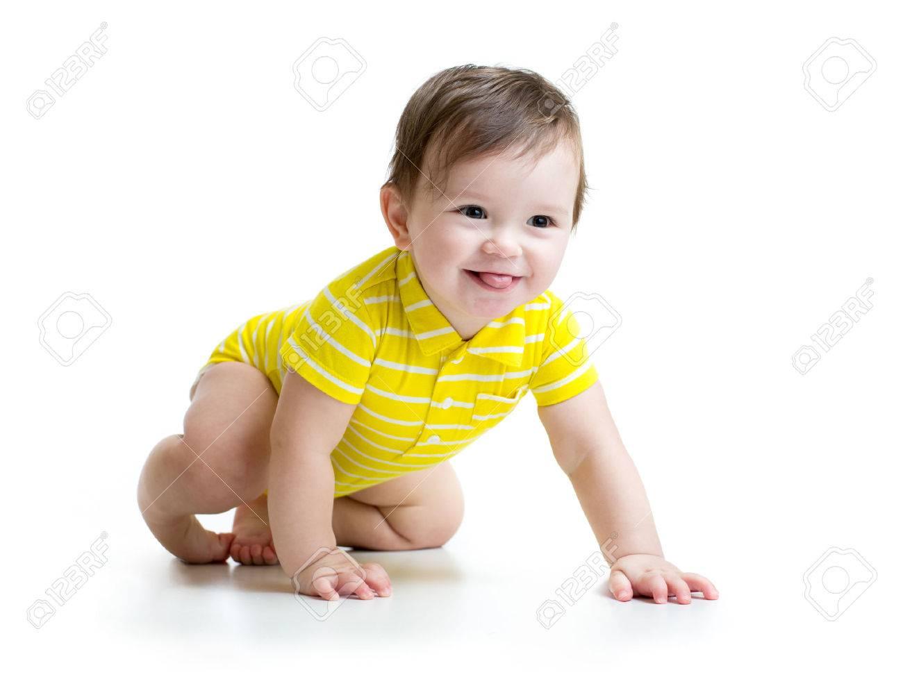 Grappig lachende baby jongen kruipen op wit wordt geïsoleerd