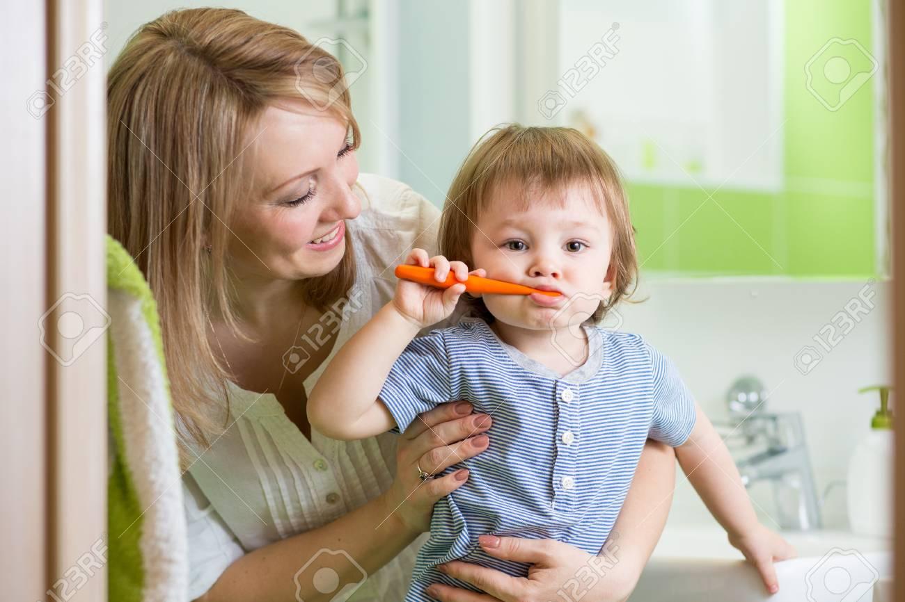 Mutterunterrichtender Sohn Kind Zähneputzen Im Badezimmer ...