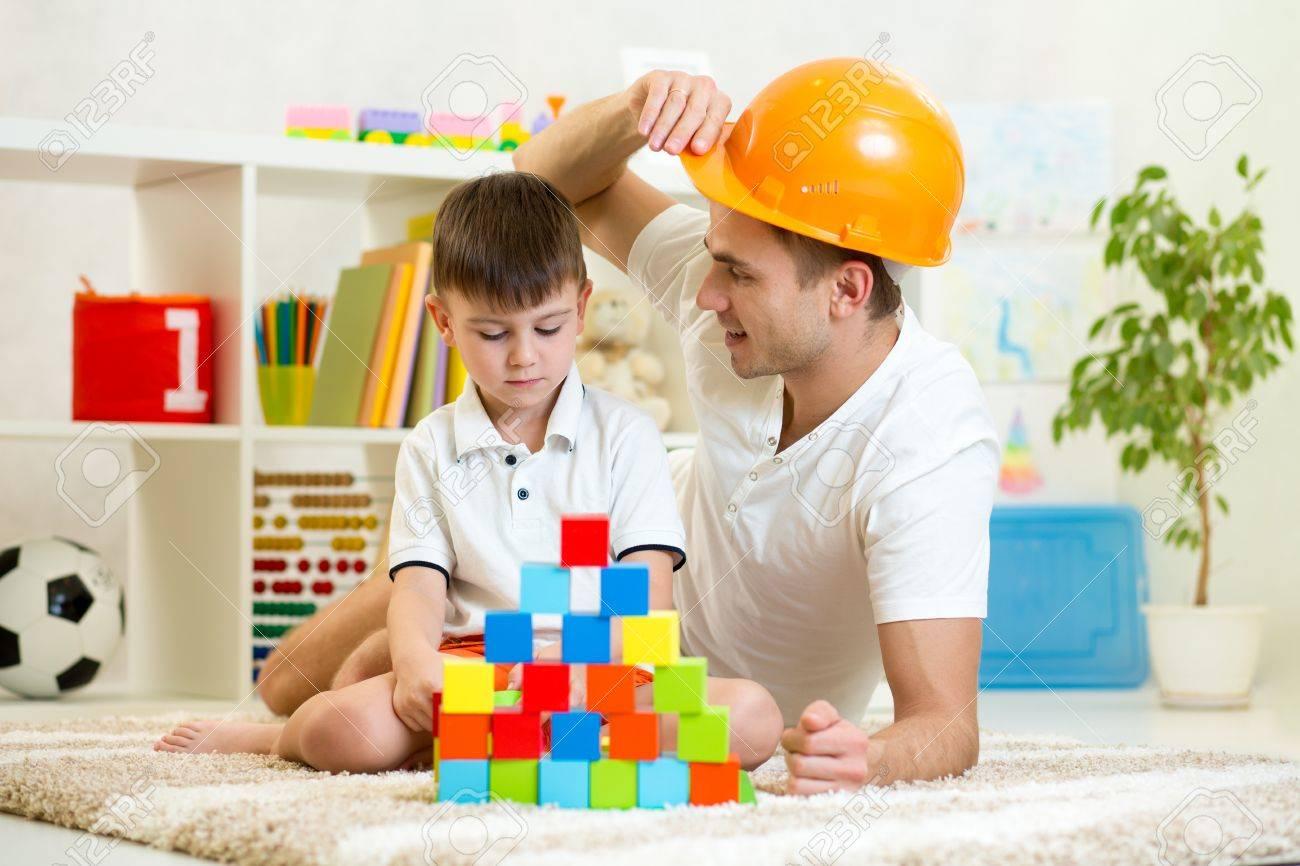 pre et enfants jouer jeu de construction ensemble la maison banque dimages - Jeu De Construction De Maison Gratuit