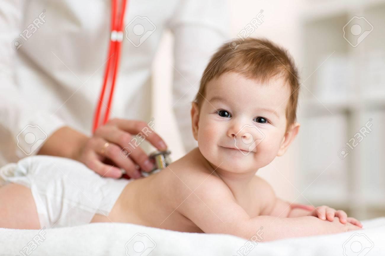 médecin pédiatre écoute bébé battement de coeur avec un stéthoscope Banque d'images - 48146359