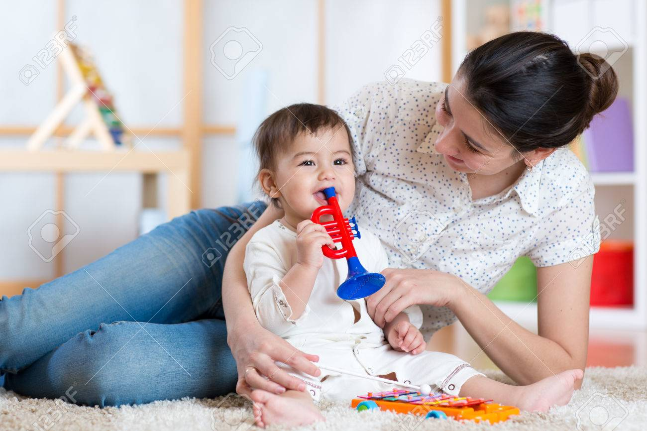 baby and mom playing with musical toys Banque d'images - 54307062