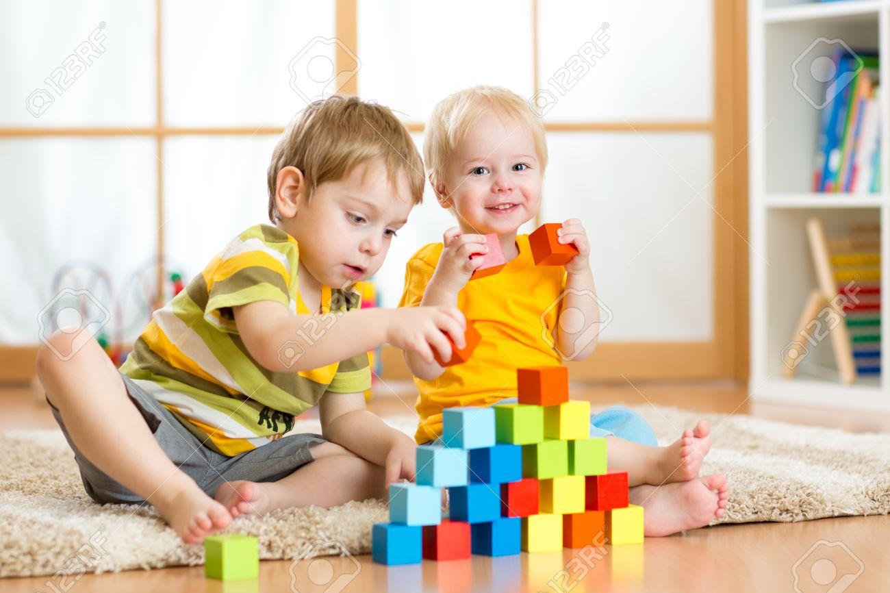 Ninos De Edad Preescolar Ninos Jugando Con Bloques De Juguete De