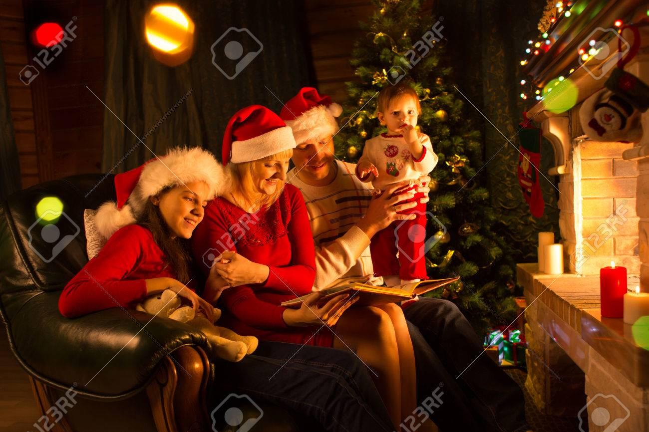 Glückliche Familie Sitzt Auf Dem Sofa, Während Eine Geschichte Buch ...