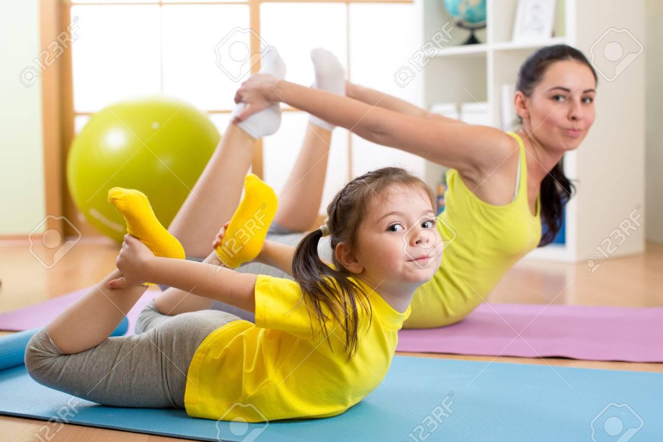 Madre E Hija Haciendo Ejercicios De Fitness En La Manta En El País Fotos, Retratos, Imágenes Y Fotografía De Archivo Libres De Derecho. Image 68567105.