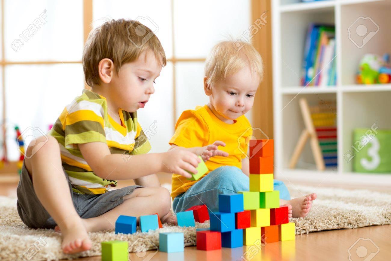Los Niños En Edad Preescolar Niño Y Los Niños Jugando Bloques De ...