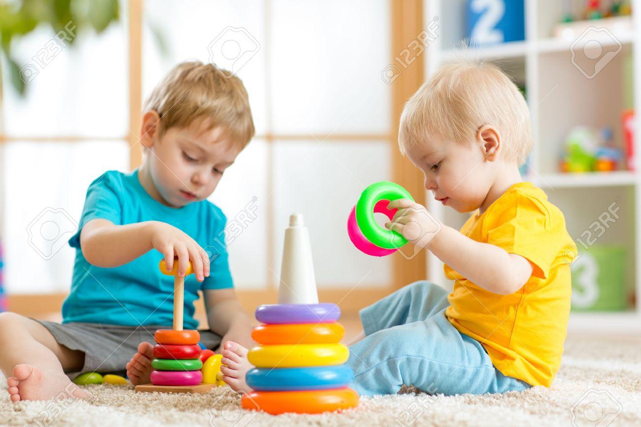 Niños jugando juntos. niño niño y el bebé juegan con los bloques. juguetes educativos para niños en edad preescolar jardín de infancia. Amigos