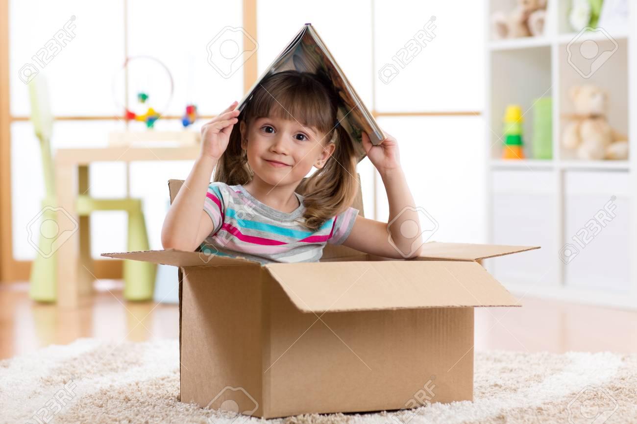 Niña niño jugando en una casa de juguete en la habitación de los niños