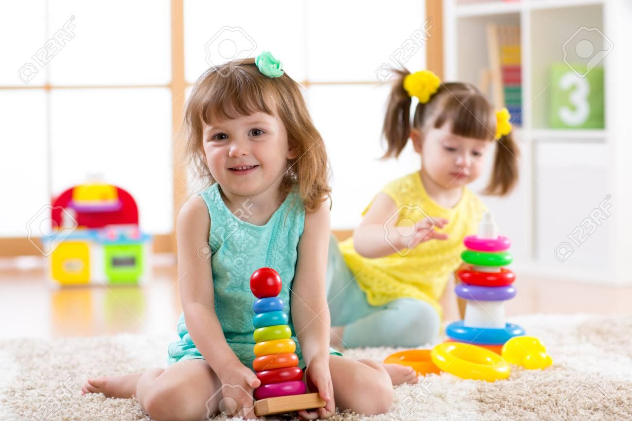 Niños Juntos Educativos Jardín Para Y En Jugando Preescolar Juguetes De InfantesLas Niñas El Hogar O Piramidales Construyen rdBoexC