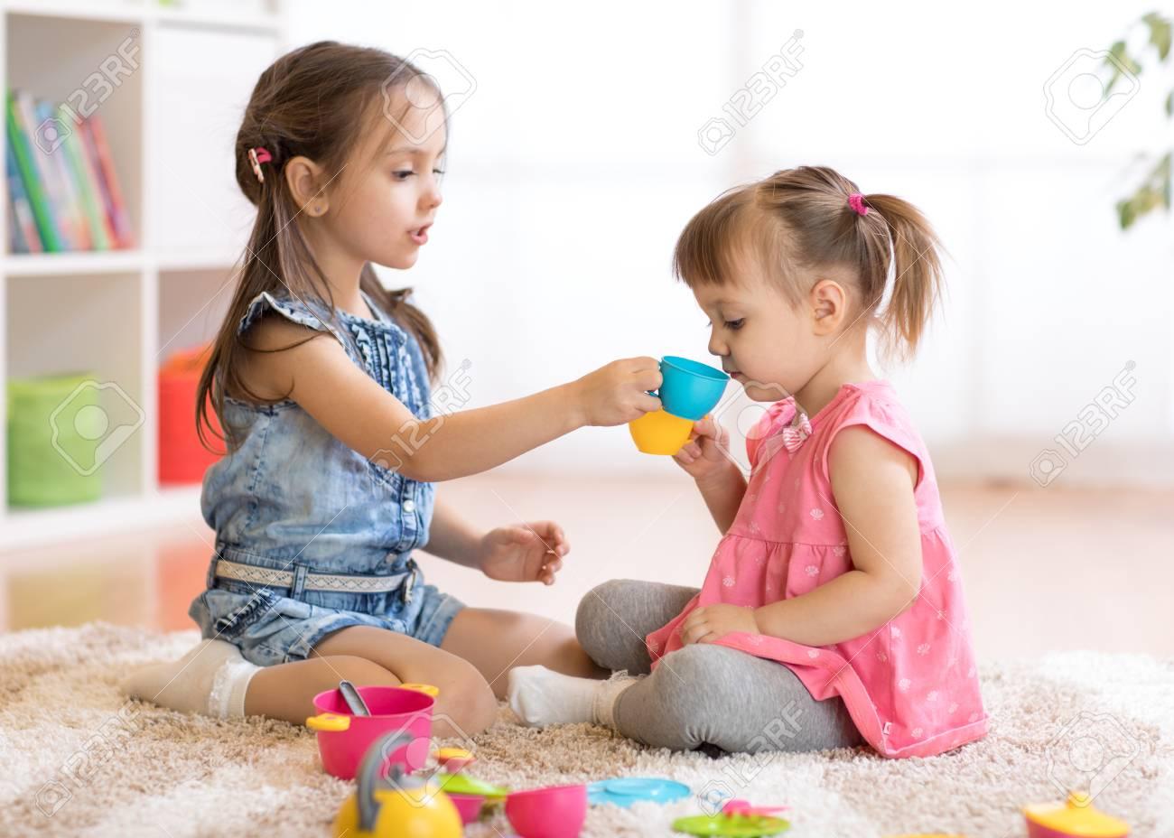 Pequeños Niños Felices, Niño Lindo Y Niñas Niños Juegan Con Cocina ...