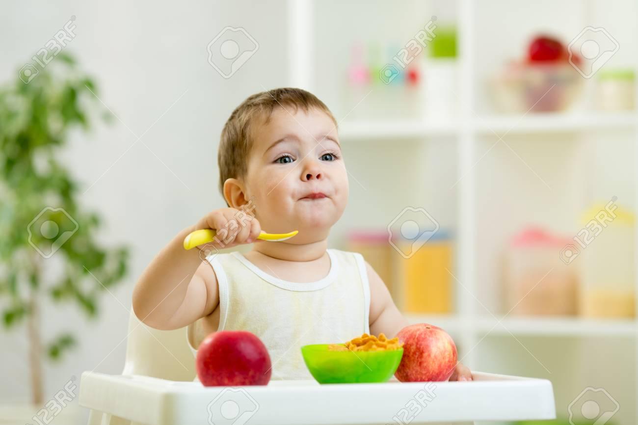健康的な食べ物を食べる面白い赤ちゃん の写真素材 画像素材 Image