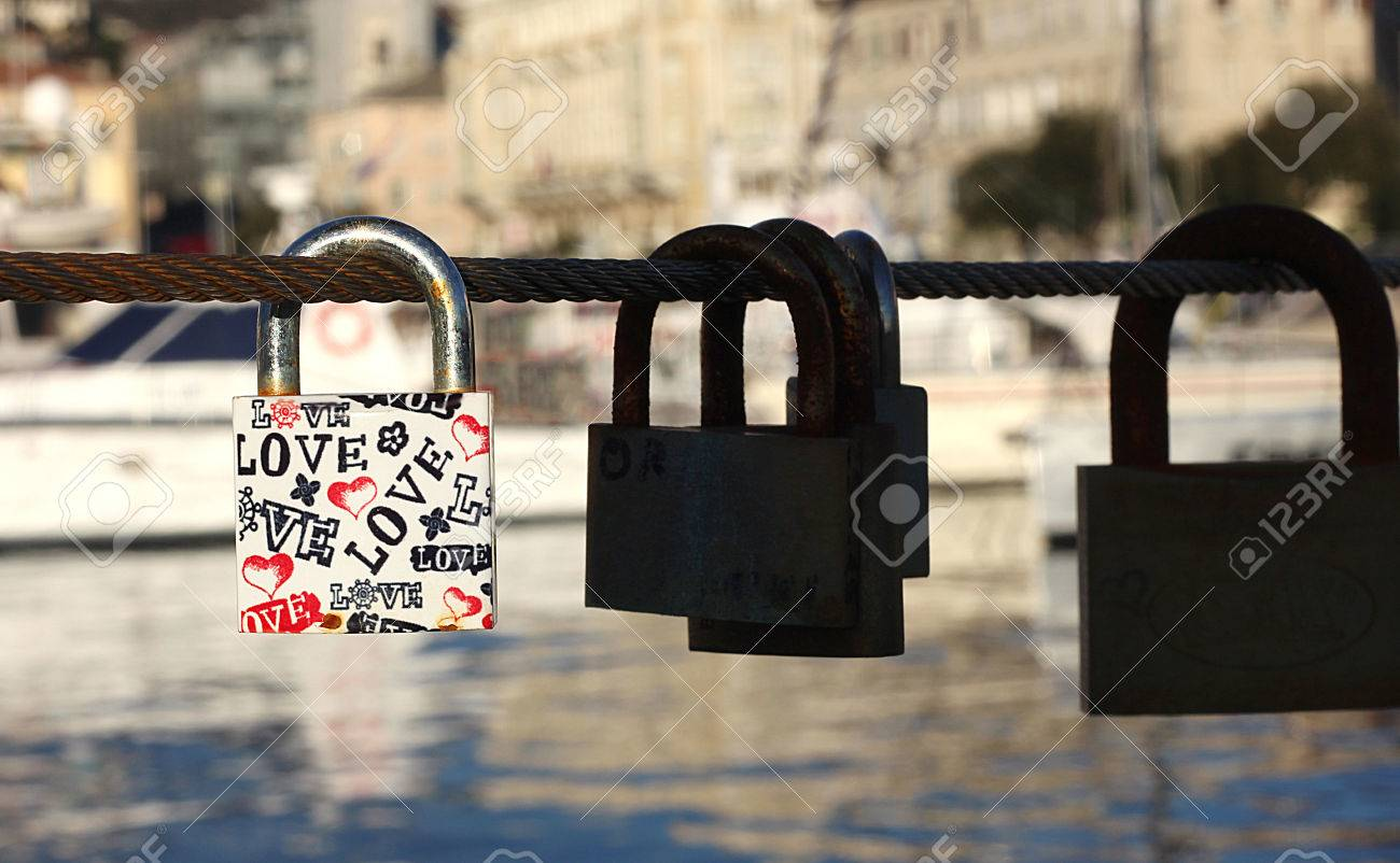 Padlock with love text on metal string - 59499639