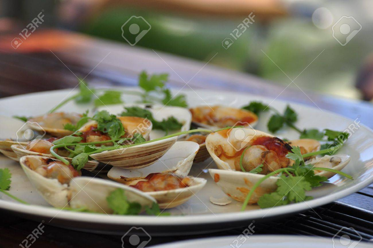 A plate of delicious clams served at the beach in Hoi An, Vietnam Stock Photo - 8139770