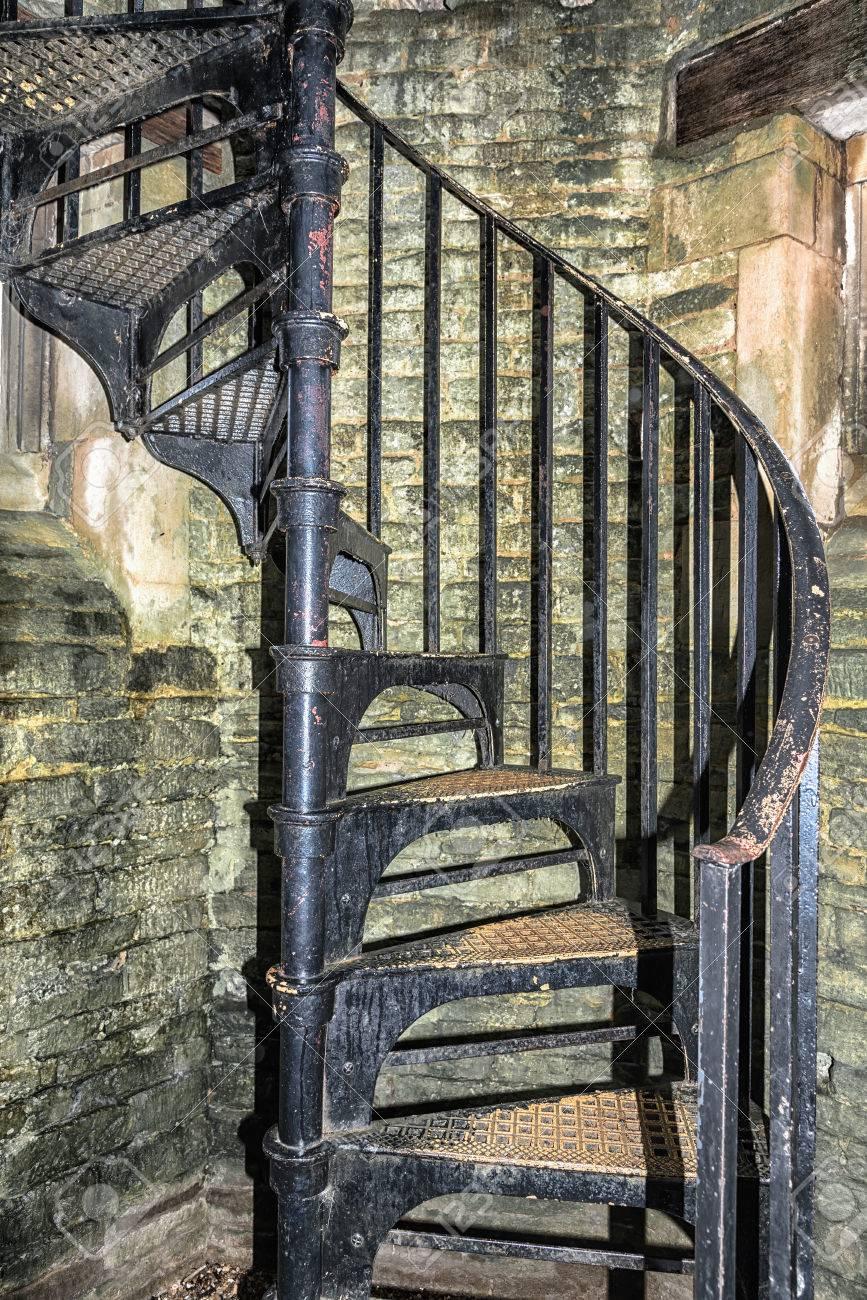 viejo negro del metal pintado escalera de caracol foto de archivo