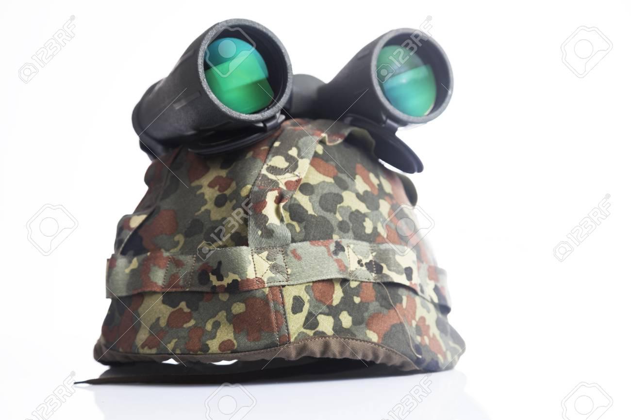 Military helm und fernglas auf einem weißen hintergrund lizenzfreie