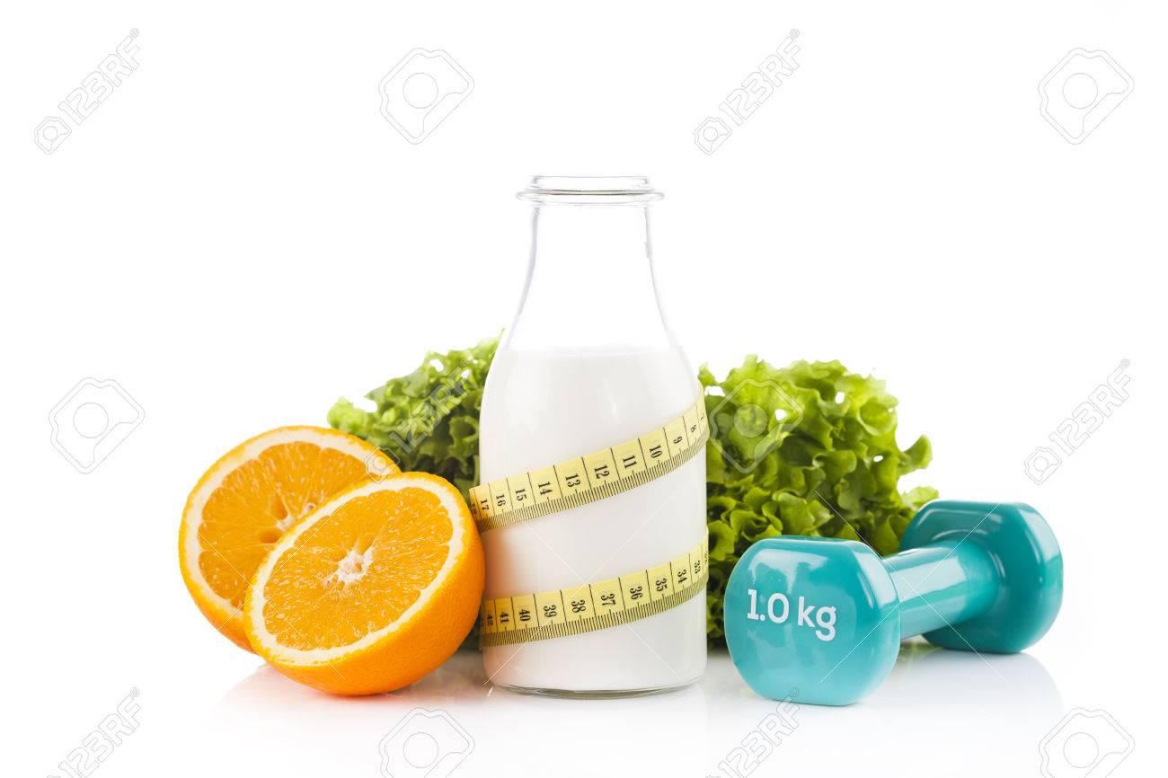 Flasche Protein-Getränke Mit Einem Gelben Maßband Mit Grünem Salat ...