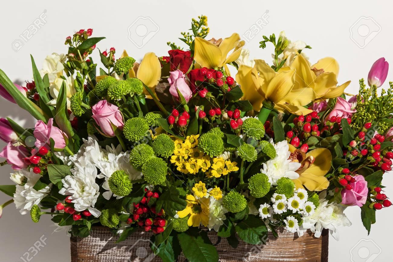 Composición De Flores De Rosas Rosadas Orquídeas Amarillas Tulipanes Rojos Jacintos Y Hrzemtem Arreglo Floral En Una Caja Para Una Niña De Rosas