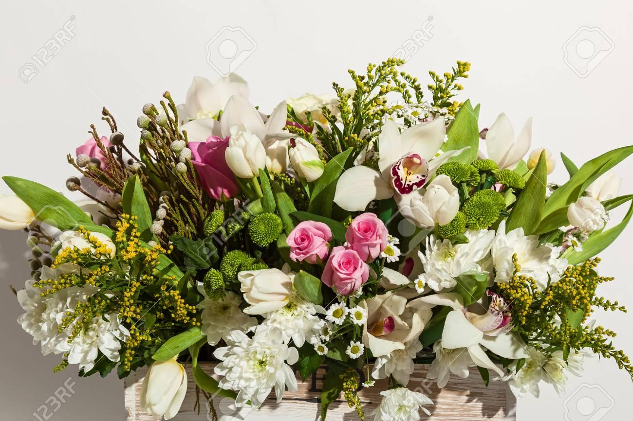 Composición De Flores De Rosas Rosadas Orquídeas Blancas Tulipanes Rojos Jacintos Y Hrzemtem Arreglo Floral En Una Caja Para Una Niña De Rosas