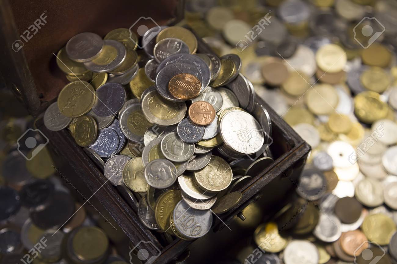 Kommode Mit Münzen Verschiedener Länder Etwa So Viele Münzen