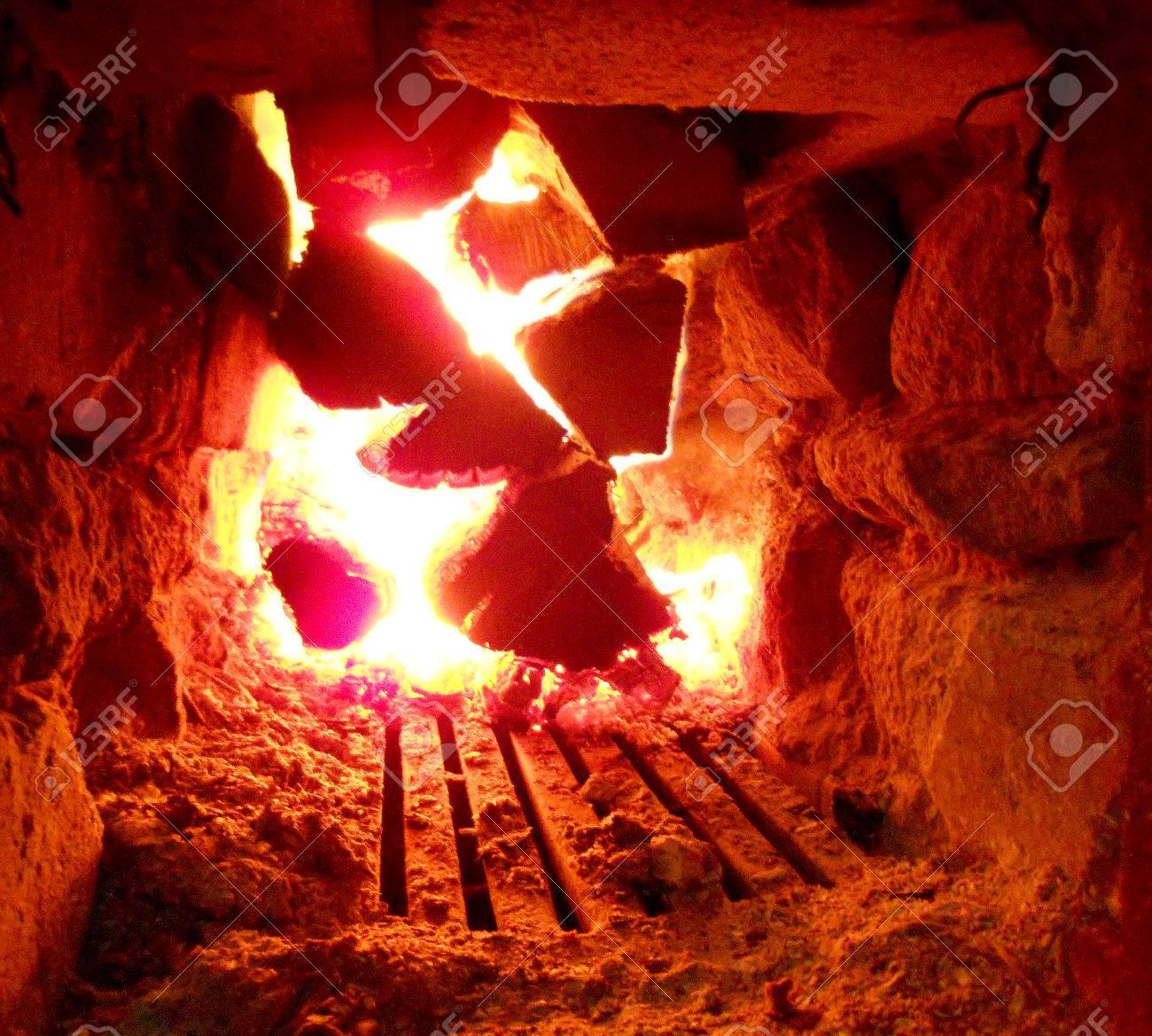 photo de feu brun bois charbons noirs gris foncé sur feu jaune vif à
