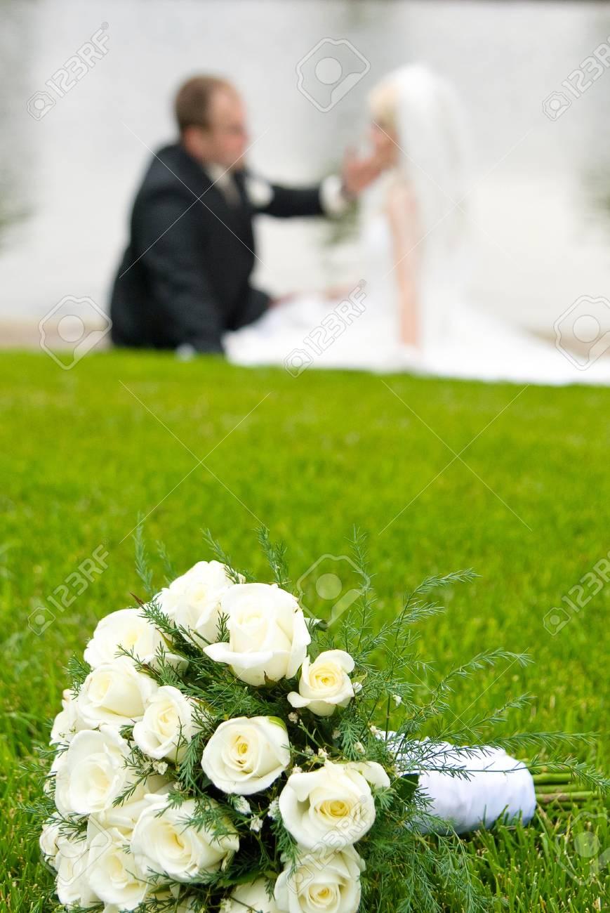 Brautstrauss Aus Weissen Rosen Auf Einer Grunen Wiese Und