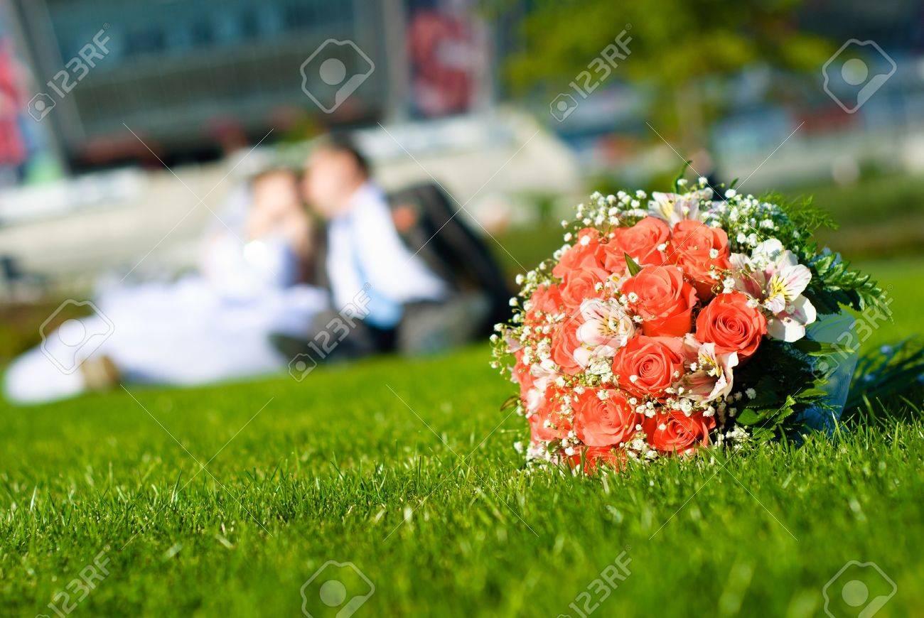 Brautstrauss Aus Roten Rosen Auf Einer Grunen Wiese Und