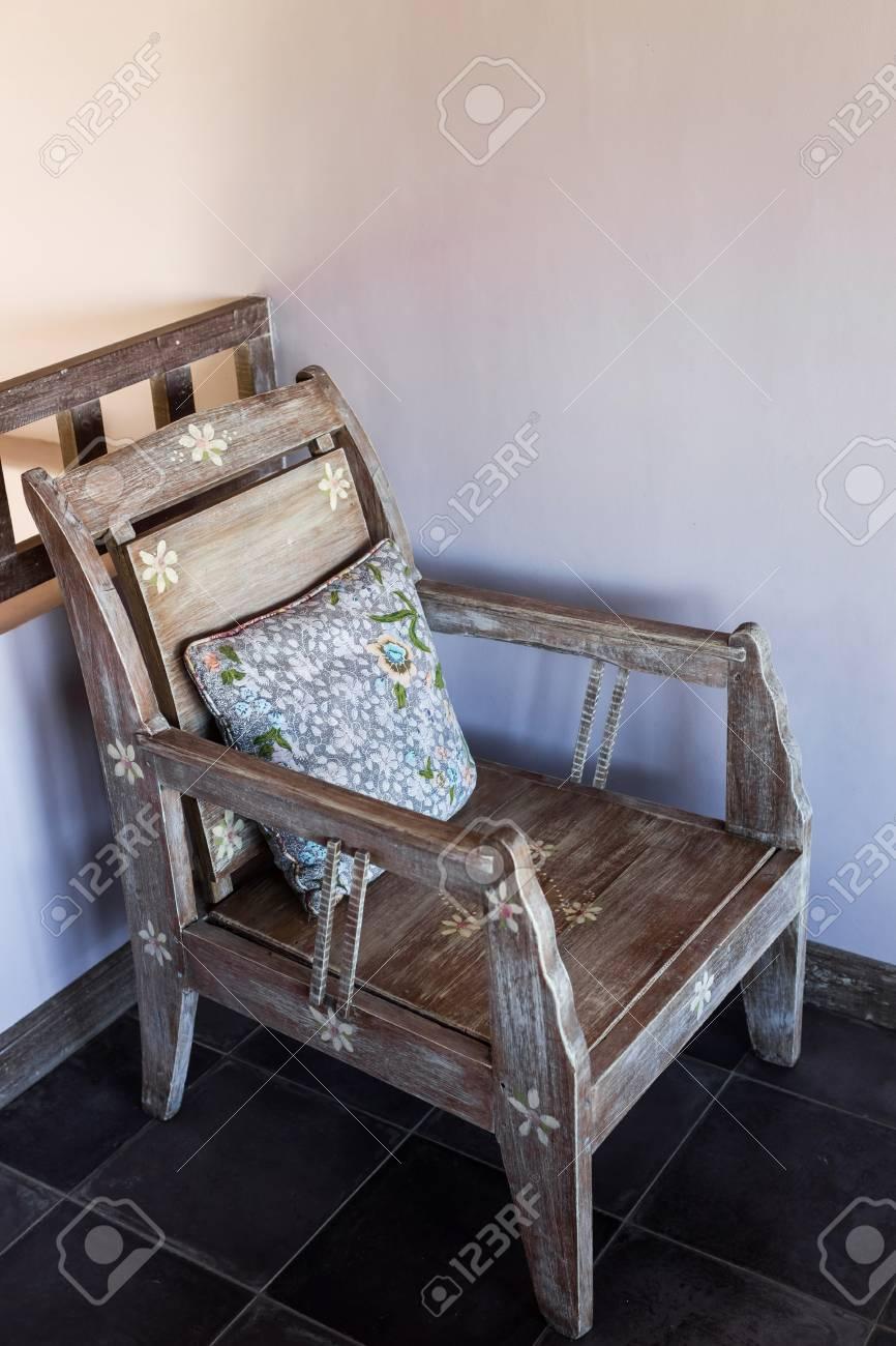 Holz Vintage-Möbel Mit Handgemachten Bunten Kissen Lizenzfreie Fotos ...