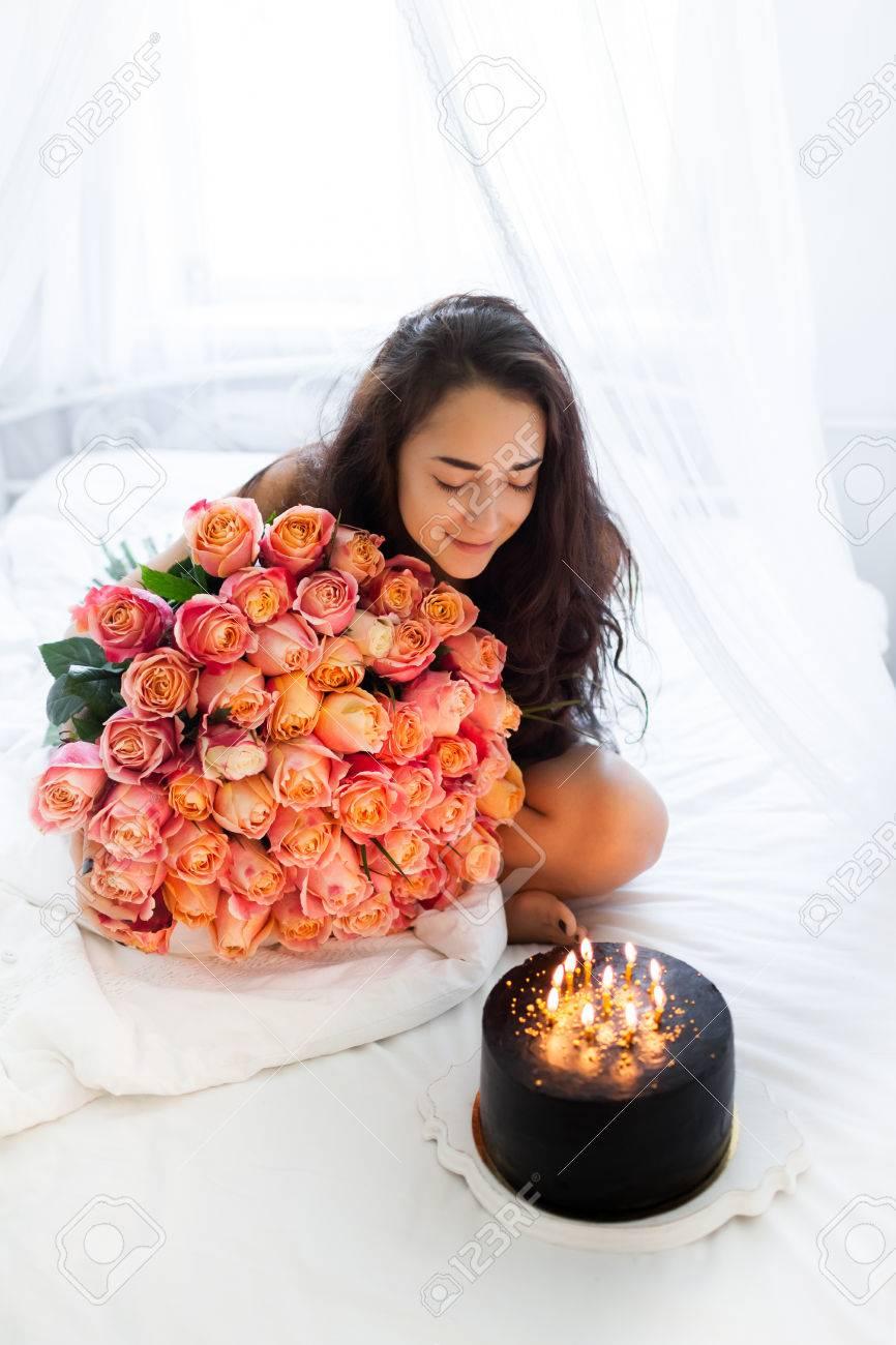 Geburtstag Morgen Der Jungen Frau Witn Riesigen Strauß Rosen Und Leckeren  Kuchen Mit Kerzen Auf Weißem
