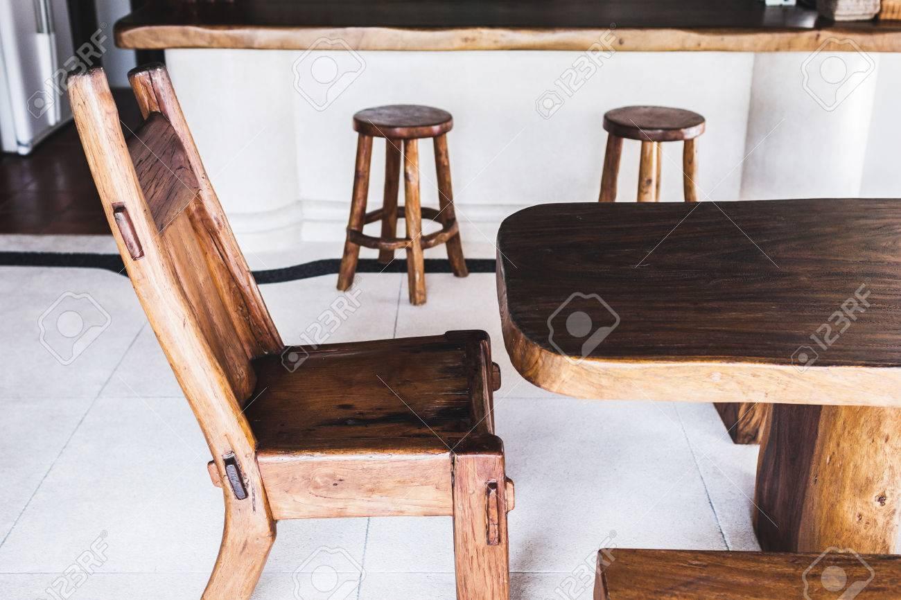 Immagini stock gli sgabelli da bar di legno fatti a mano dannata