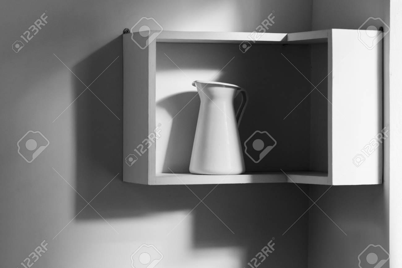 Minimalistisches interieur der weißen modernen küche ein
