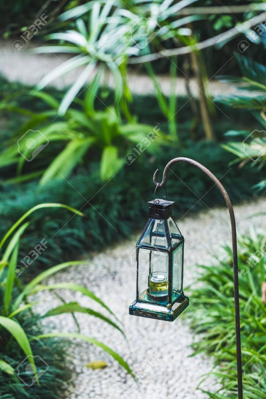 Vintage Glas Kerosin Lampe Als Garten Dekoration. Tropischer ...