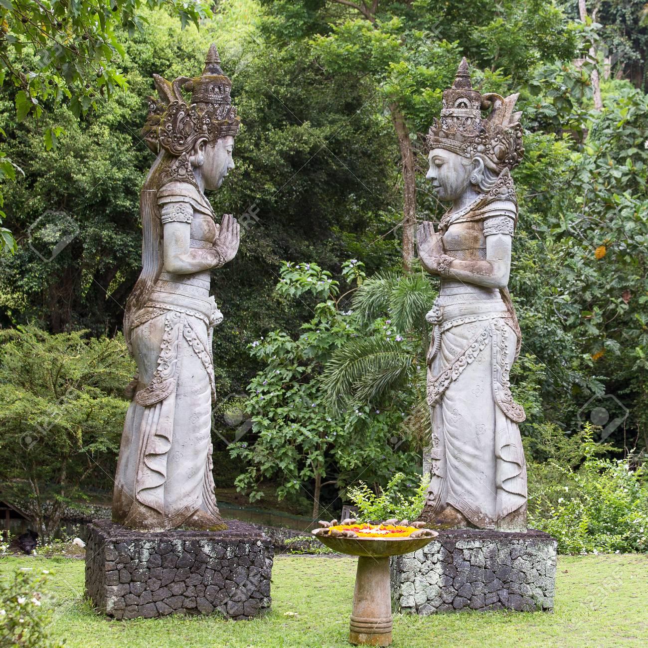 Escultura De Piedra Tradicional En El Jardin La Isla De Bali Ubud - Escultura-jardin