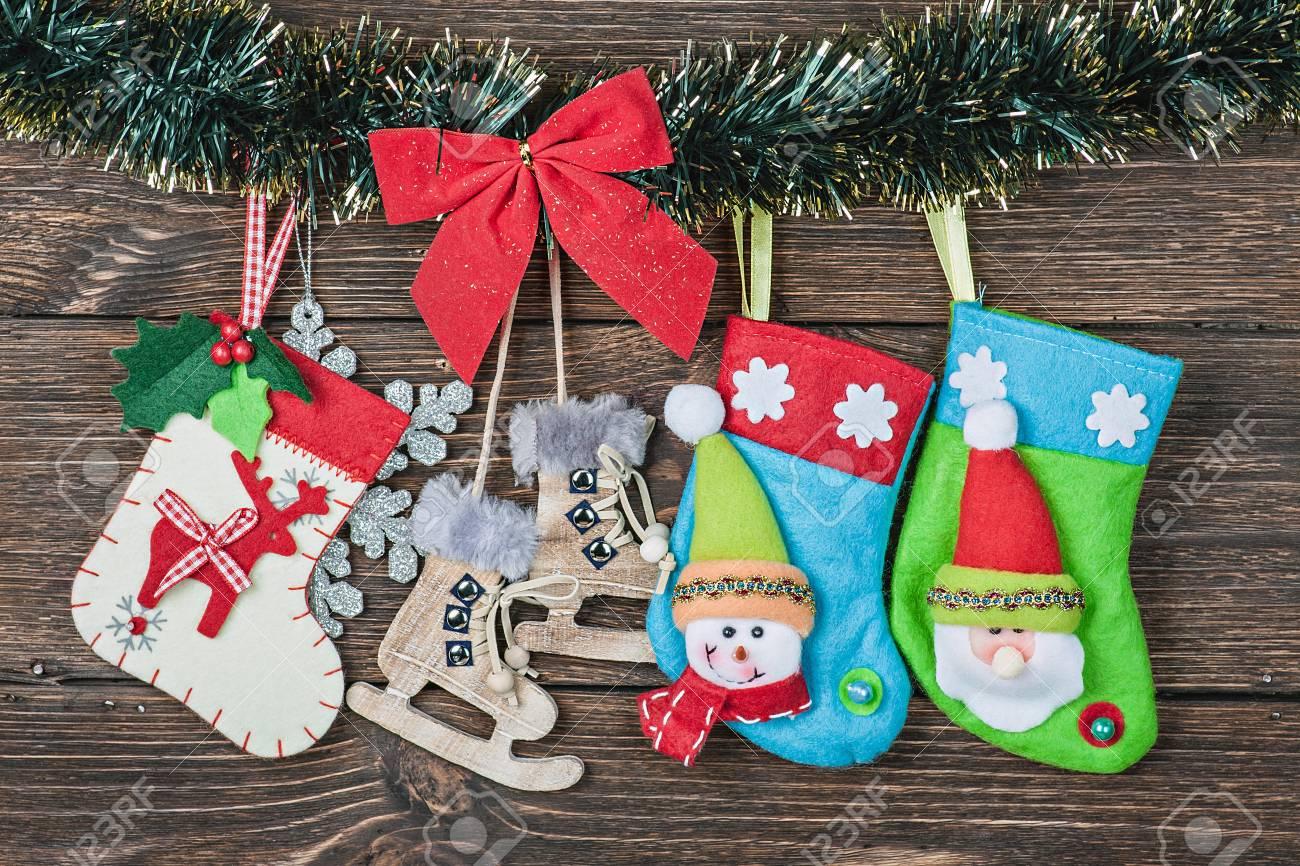 Weihnachten Socken Hängen Auf Dem Hölzernen Hintergrund Lizenzfreie ...