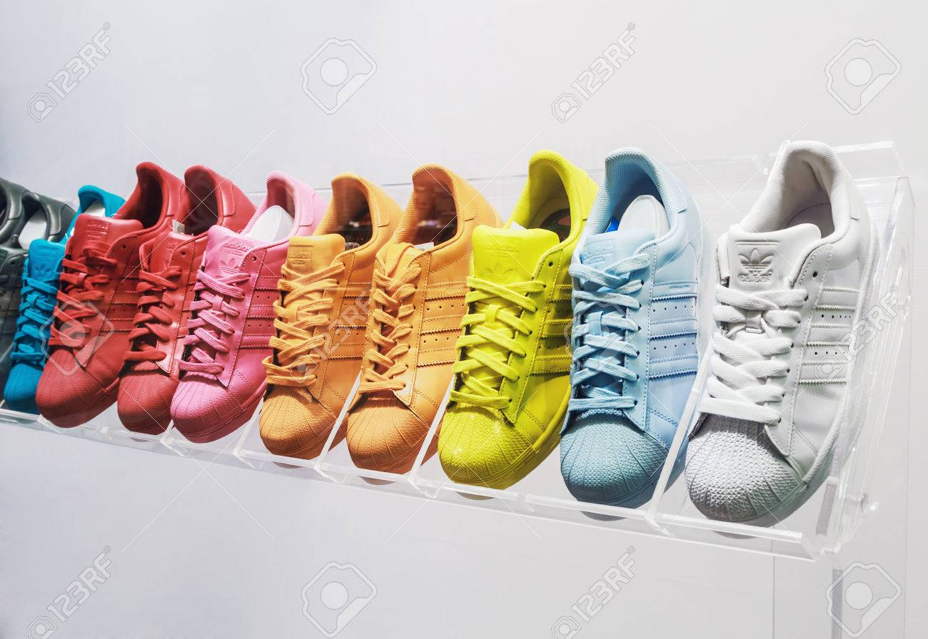 73efe1924 Moscú, Rusia - 19 De Abril 2015: Adidas Originals Zapatillas De Deporte En  Una Tienda De Zapatos En Moscú. Adidas, El Grupo Industrial Alemán Que Se  ...