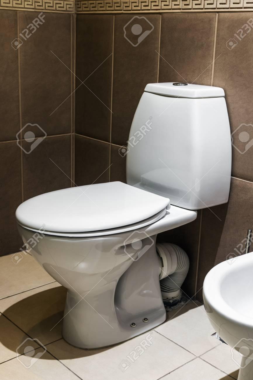 Nahaufnahme Der Toilette. Weiße Keramik-Toilette In Geflieste ...