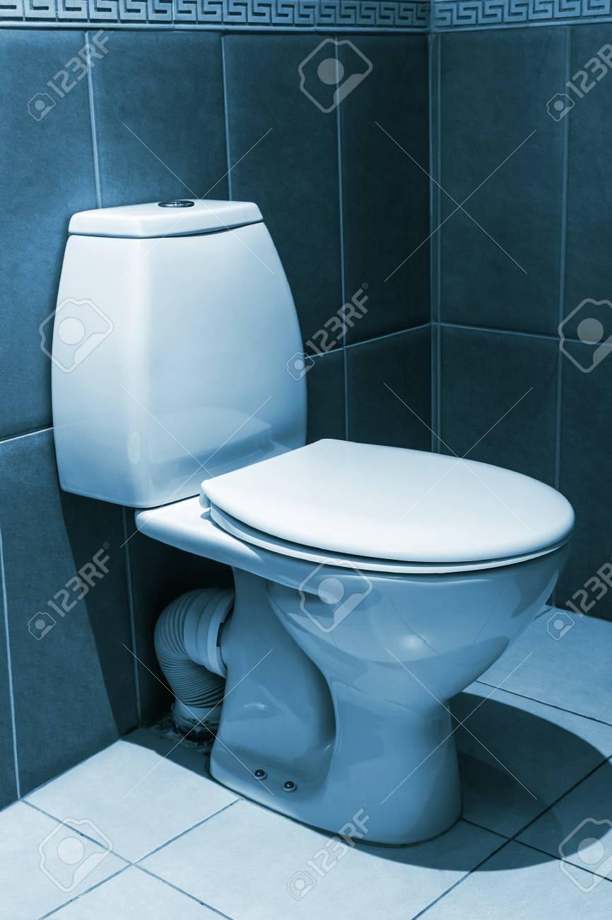 Plan De Toilette Salle De Bain gros plan de toilette. blanc toilette en c�ramique dans salle de bain  carrel�e. image de toner