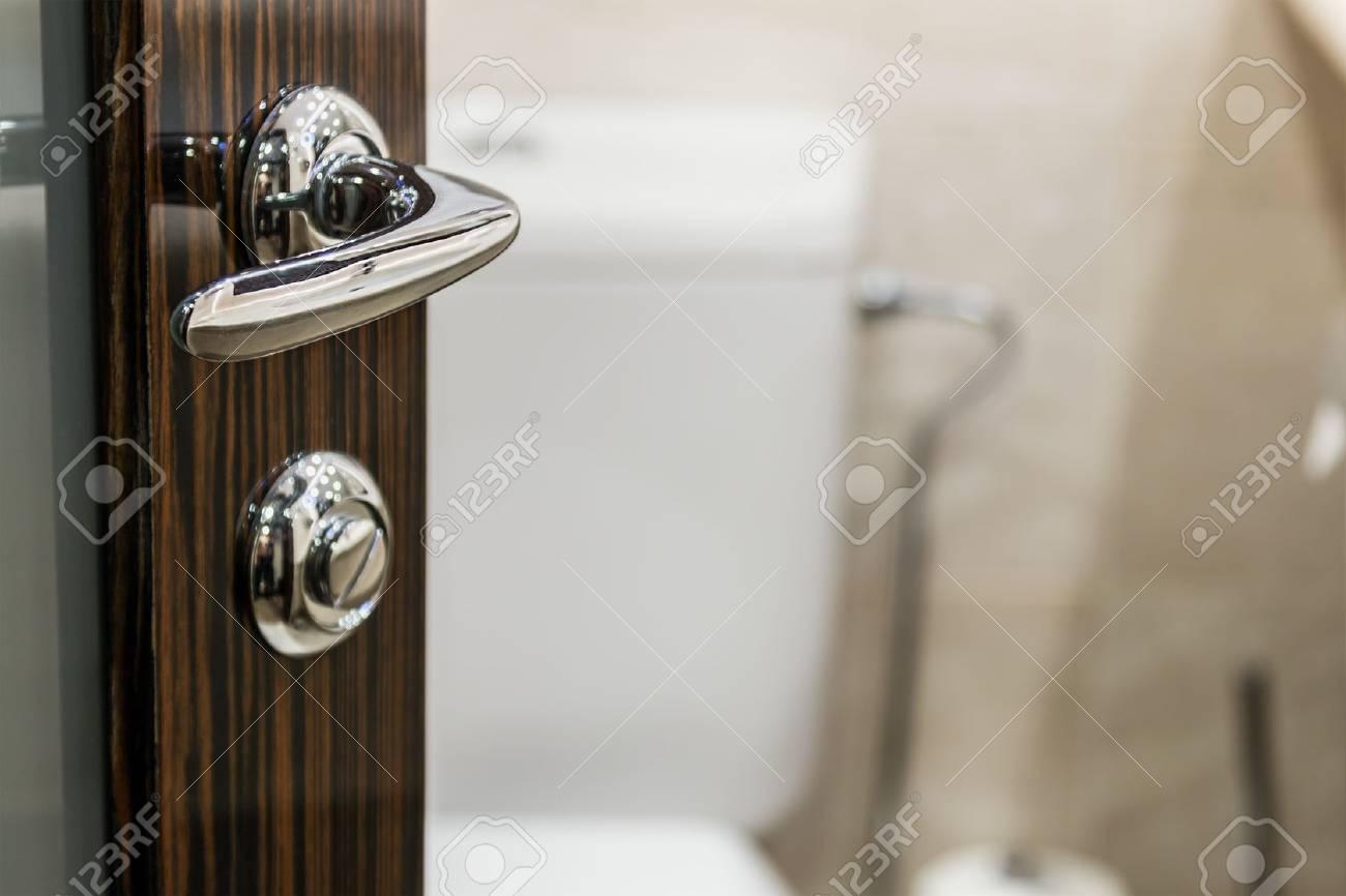 Ffne Die Tür Zum Badezimmer. Konzentrieren Sie Sich Auf Den Türgriff ...