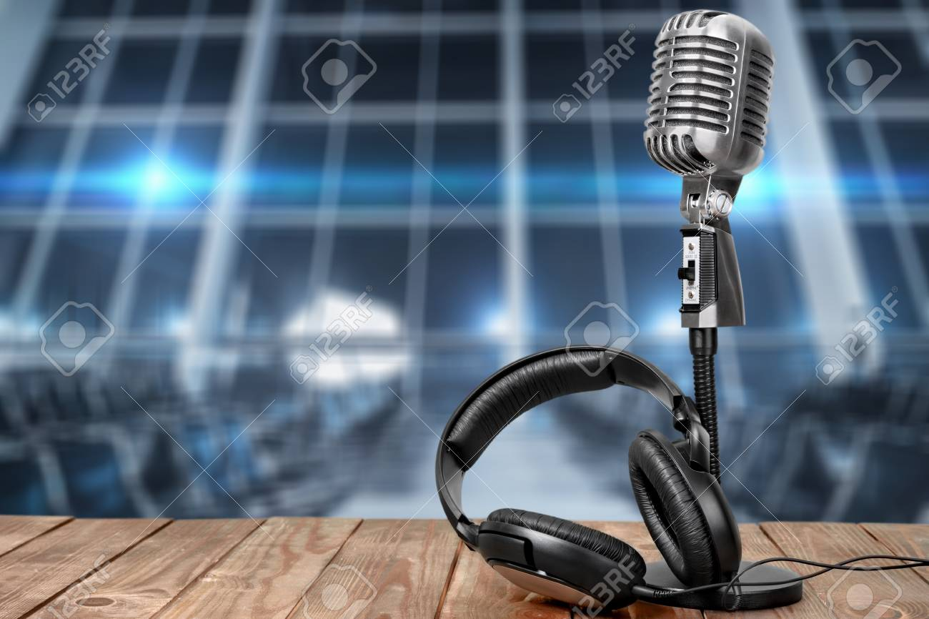 Retro microphone and headphones on table - 91940172