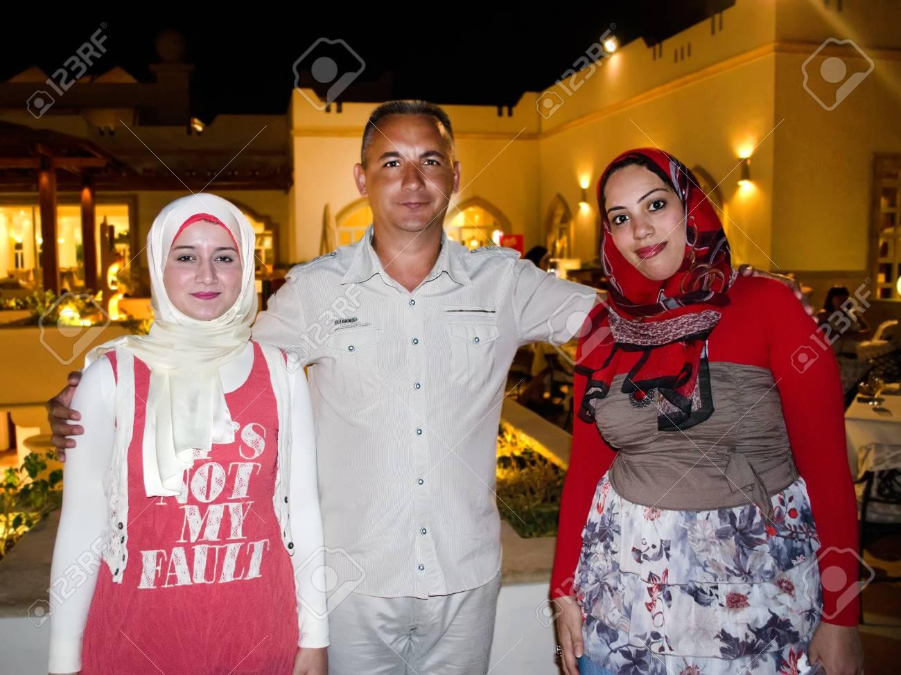 エジプト人女性がヨーロッパ人と共に撮影します。 の写真素材・画像 ...