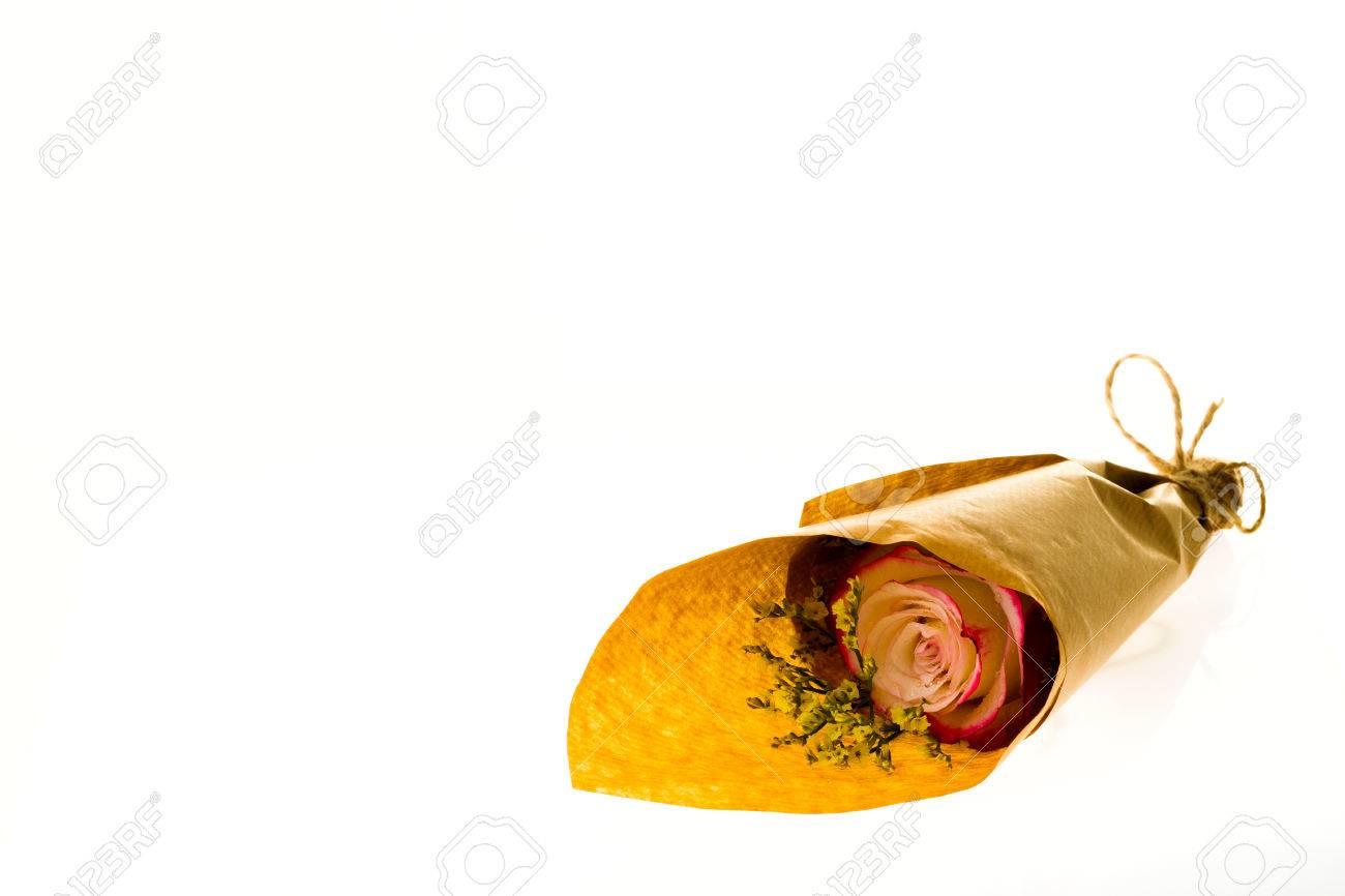 Blumenstrauss Limonium Susse Und Rosen In Pergamentpapier Auf Einem
