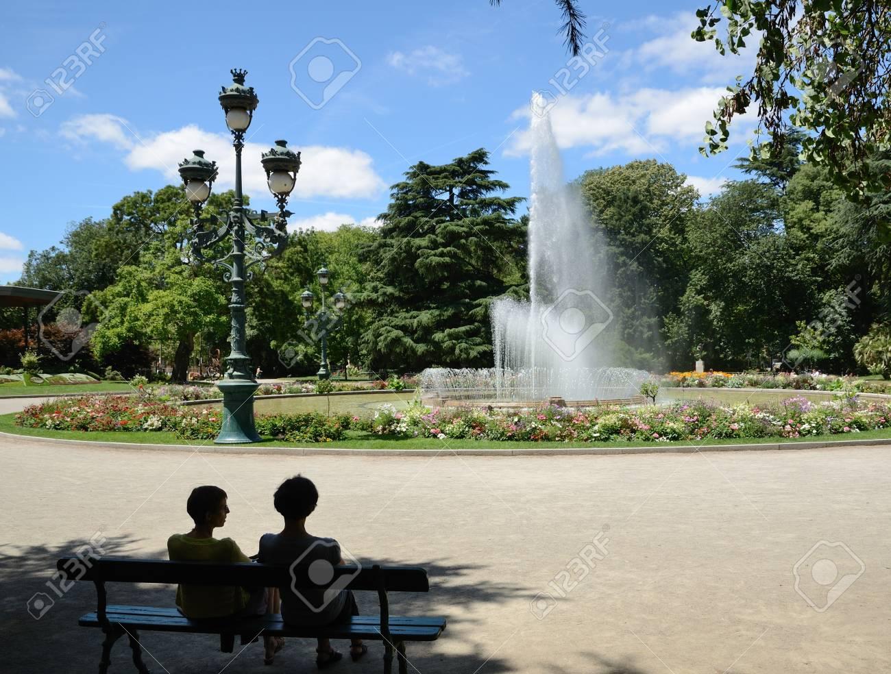 Les femmes sont au repos sur le banc, à l\'ombre du parc de la ville Jardin  du Grand-Rond à Toulouse