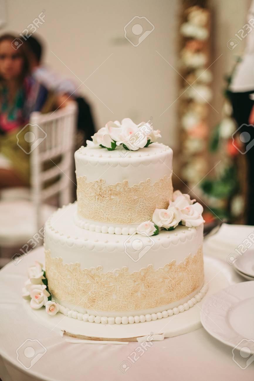 Luxe Décoré Gâteau De Mariage Sur La Table