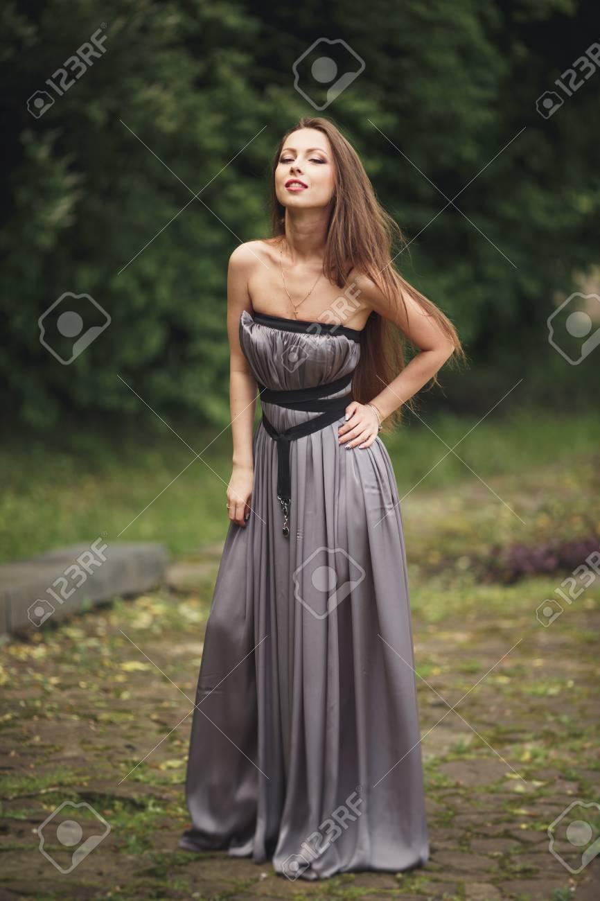 Schönheit Romantische Mädchen Draußen. Teenager-Modell Mädchen Im ...