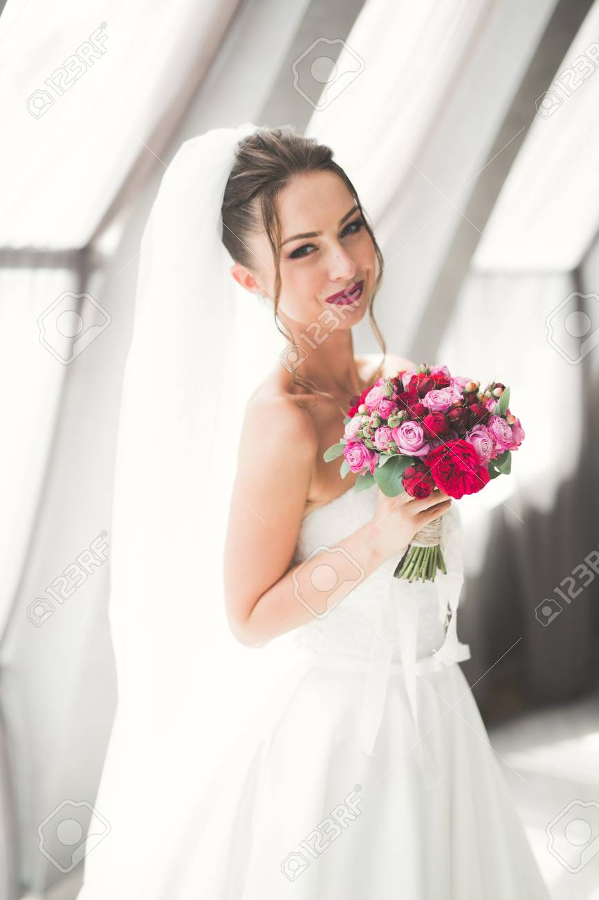 Sposa Con Bouquet.Beautiful Bride With Wedding Bouquet Posing In Old City