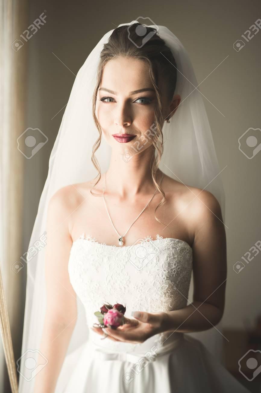 Portrait Der Schonen Braut Mit Mode Schleier Am Hochzeitsmorgen