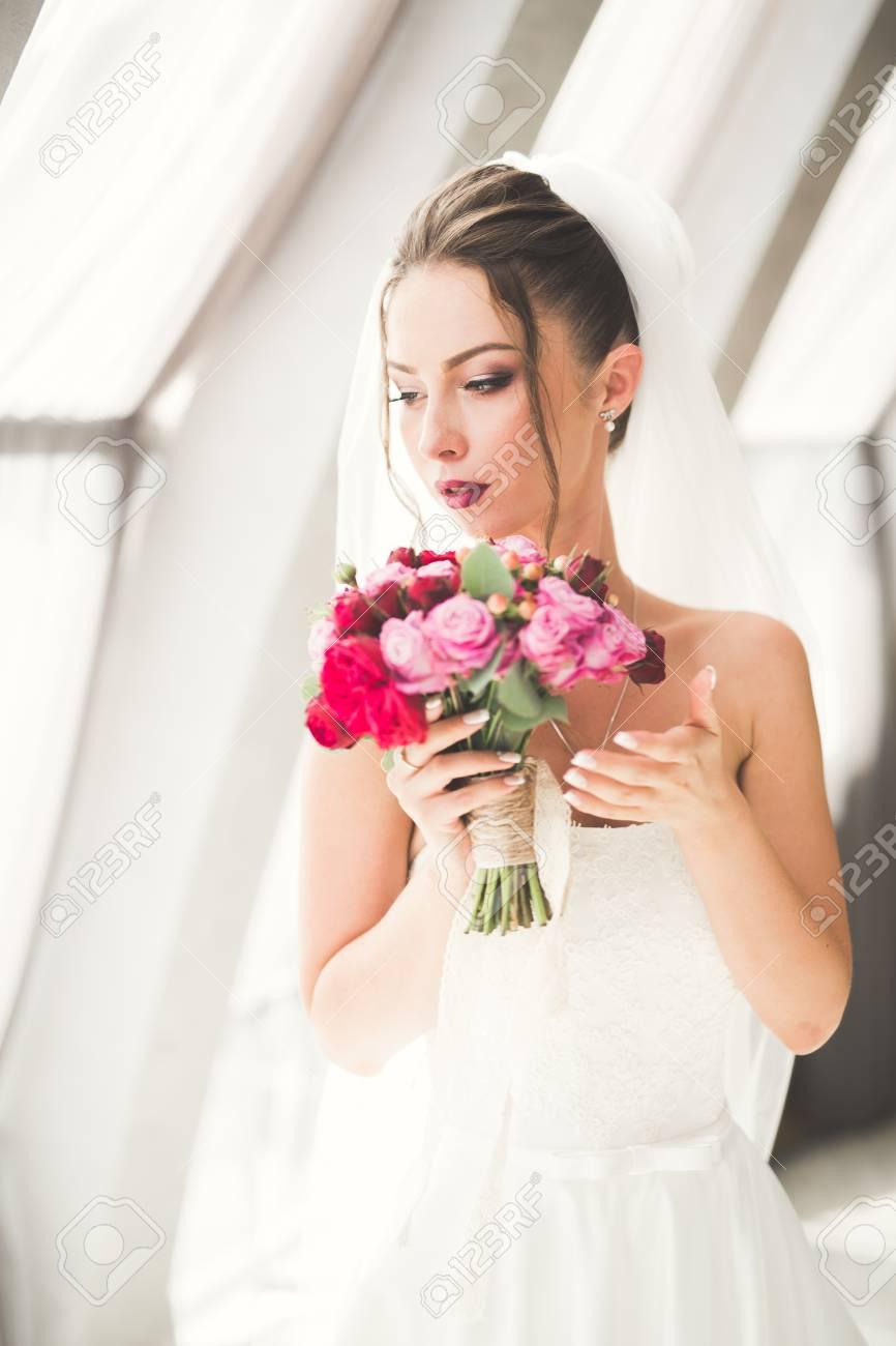 Sposa Con Bouquet.Immagini Stock Bella Sposa Con Bouquet Da Sposa In Posa Nella