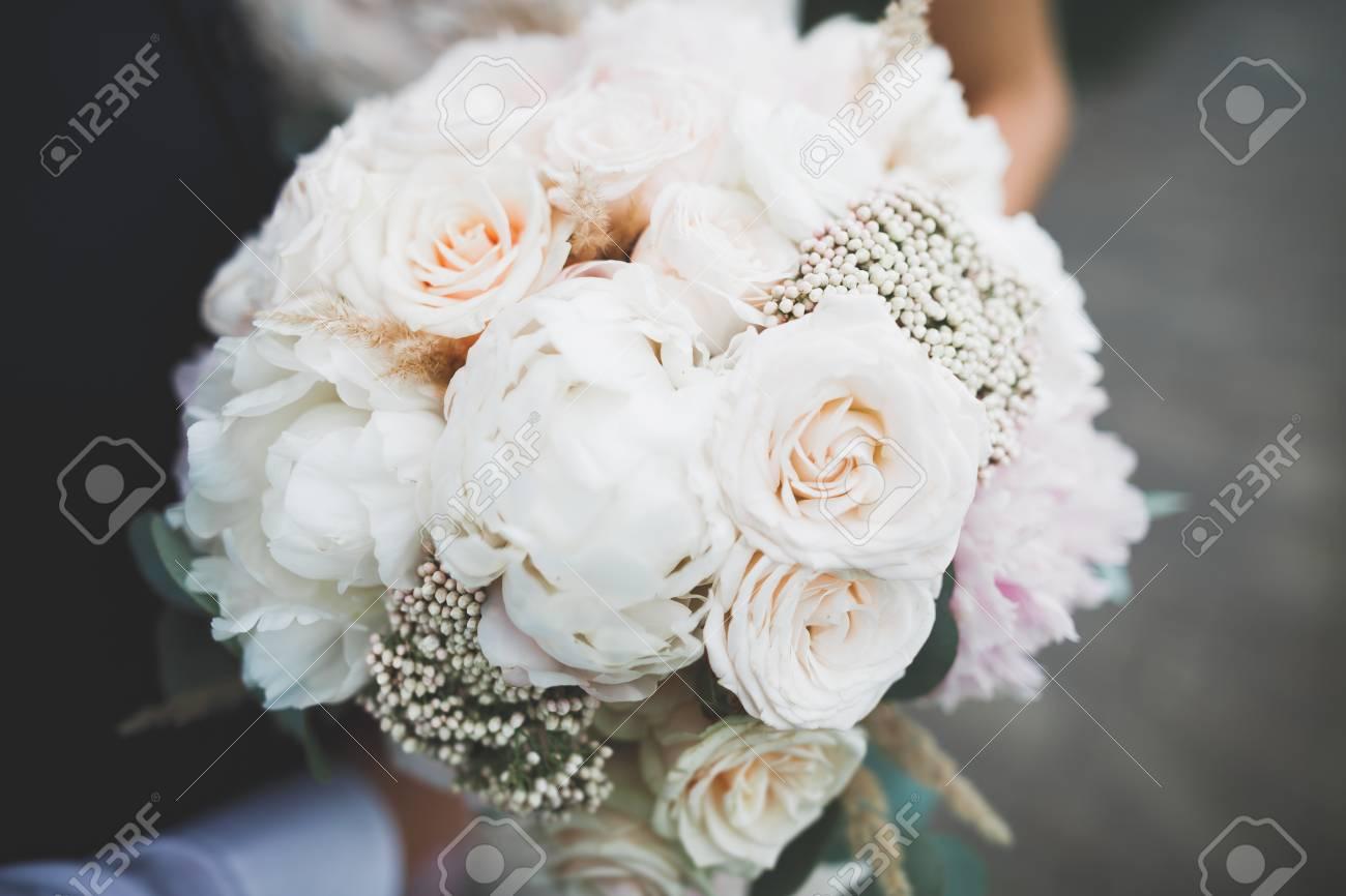 grandes marques mode designer meilleurs tissus Mariée, tenue, grand, beau, mariage, bouquet, fleurs