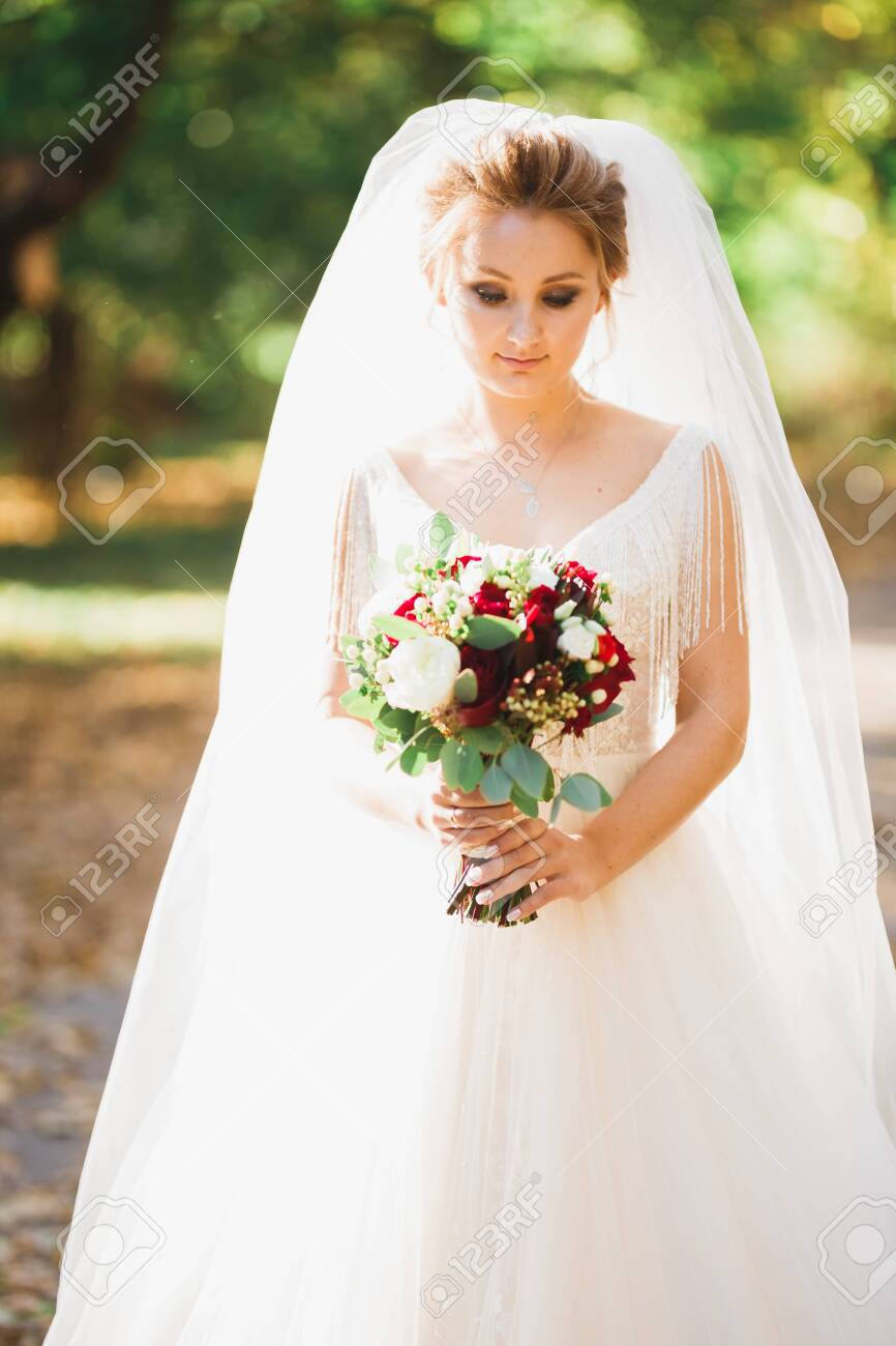 Luxury wedding bride, girl posing and smiling with bouquet - 144509155